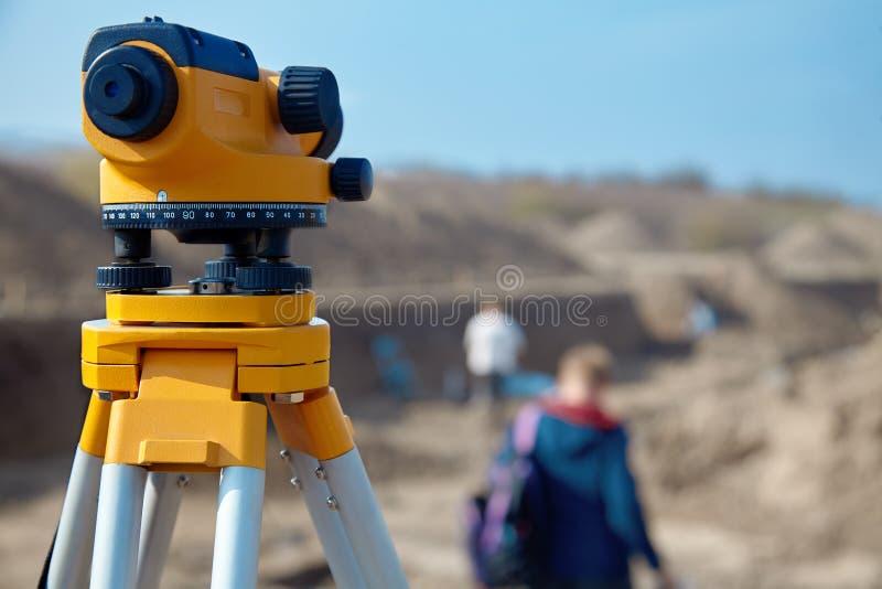 Niveau spécial de dispositif pour des constructeurs d'arpenteur, fin d'équipement de géodésie devant un travail au sol avec des p photo stock