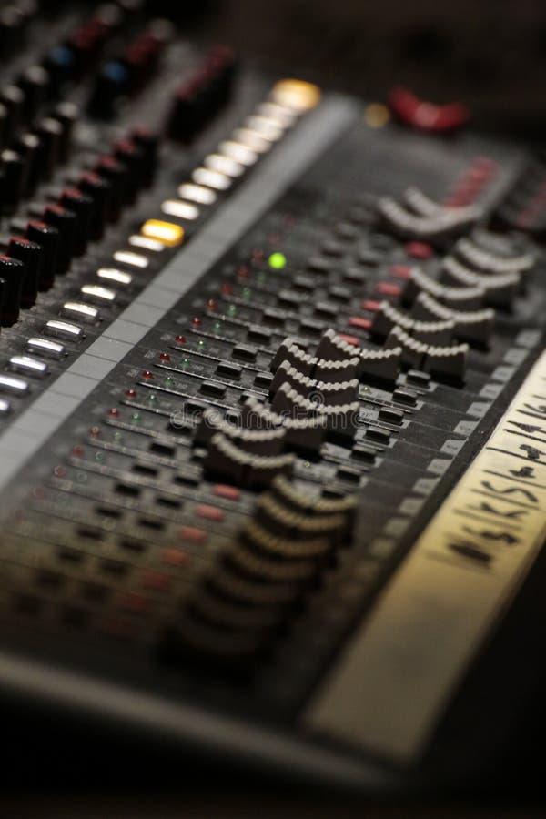 Nivel de sonido del cursor del mezclador de DJ imagenes de archivo