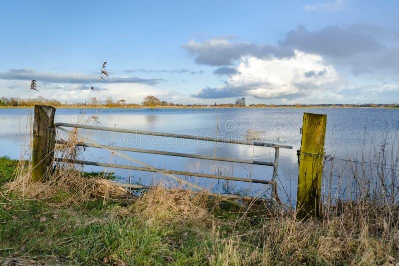 Nivel del agua de levantamiento en los terrenos de aluvión del río IJssel, con imágenes de archivo libres de regalías