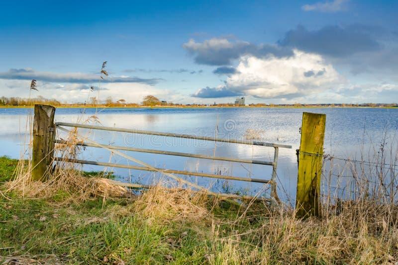 Nivel del agua de levantamiento en los terrenos de aluvión del río IJssel, con imagen de archivo