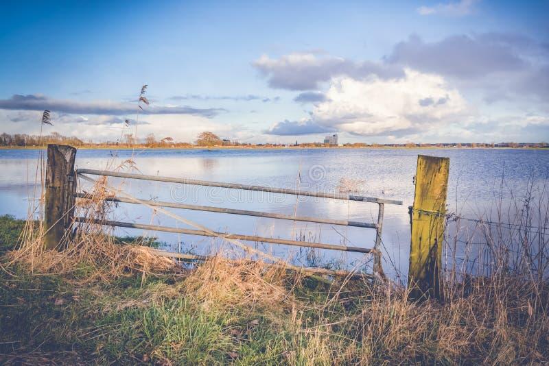 Nivel del agua de levantamiento en los terrenos de aluvión del río IJssel, con imagenes de archivo