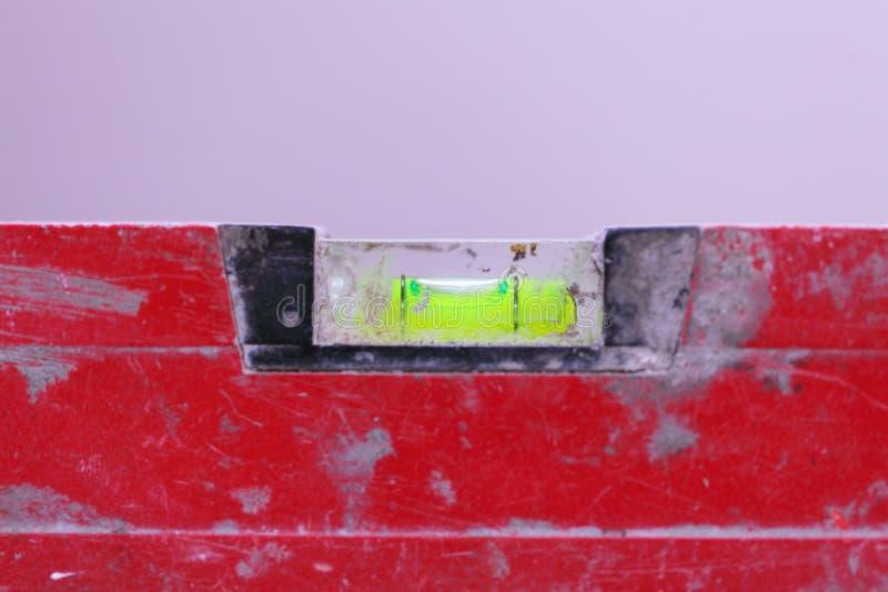 Nivel rojo del edificio del alcohol en emplazamiento de la obra fotos de archivo