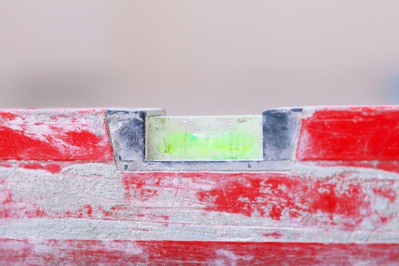 Nivel rojo del edificio del alcohol en emplazamiento de la obra imagenes de archivo