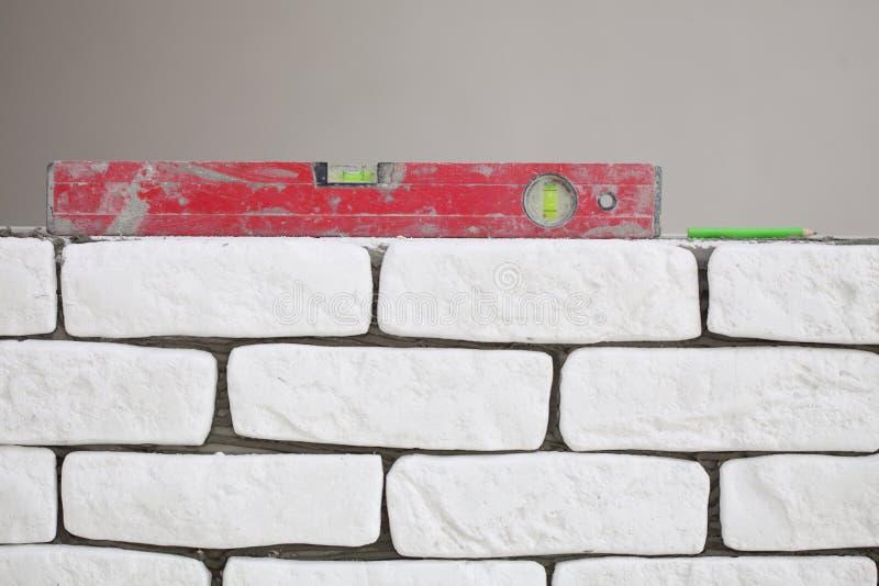 Nivel rojo del edificio del alcohol en emplazamiento de la obra imagen de archivo libre de regalías