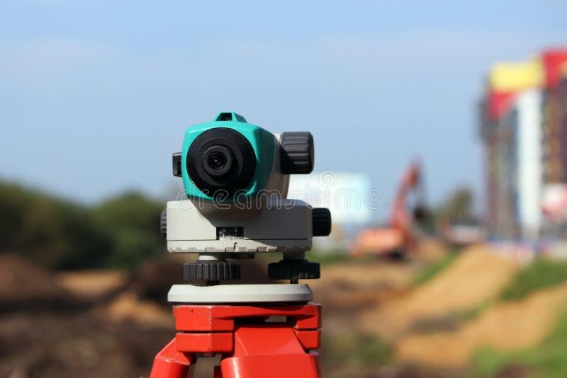Nivelador - un dispositivo para detectar las marcas en la tierra, el cálculo de la cuesta longitudinal y transversal, para hacer  imagen de archivo