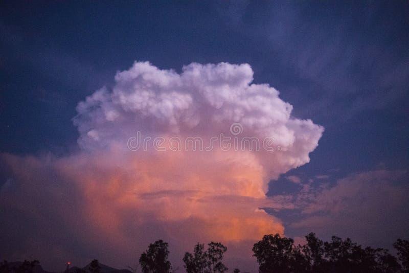 Nivelamento das nuvens imagem de stock royalty free
