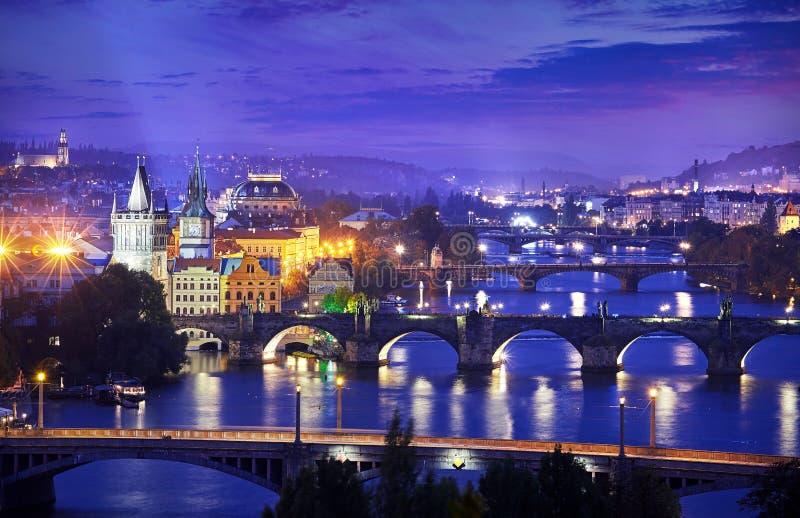 Nivelamento sobre o rio Vltava perto da ponte de Charles em Praga imagens de stock royalty free