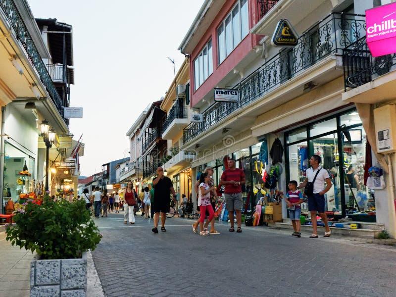 Nivelando a caminhada através da cidade de Lefkada, Grécia fotografia de stock royalty free