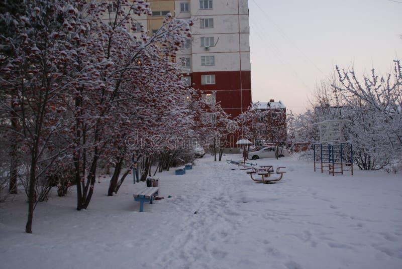 Nivelando a caminhada em torno da cidade em dezembro imagem de stock royalty free