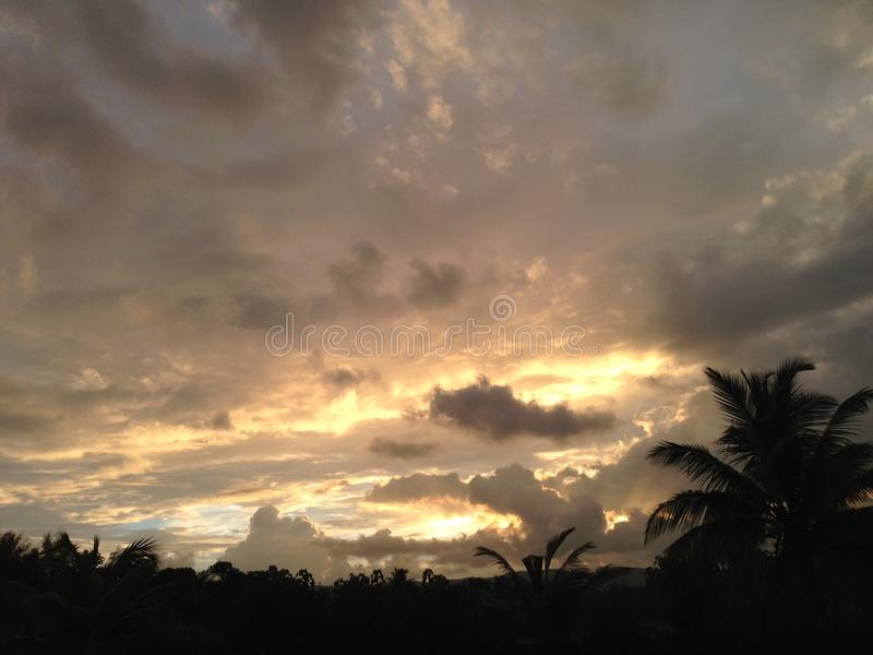 Nivelando a imagem do por do sol após a chuva no mhasla imagens de stock