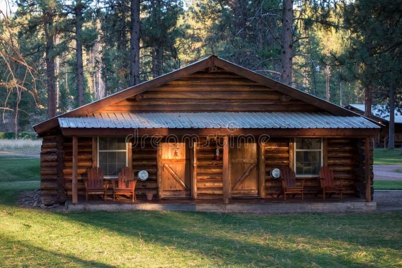 Nivelando a luz do sol em um chal? de madeira no lago Missoula County Seeley em Montana sobre imagens de stock