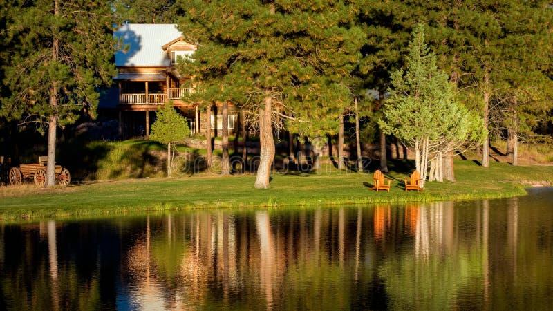 Nivelando a luz do sol em um chal? de madeira no lago Missoula County Seeley em Montana sobre fotos de stock royalty free