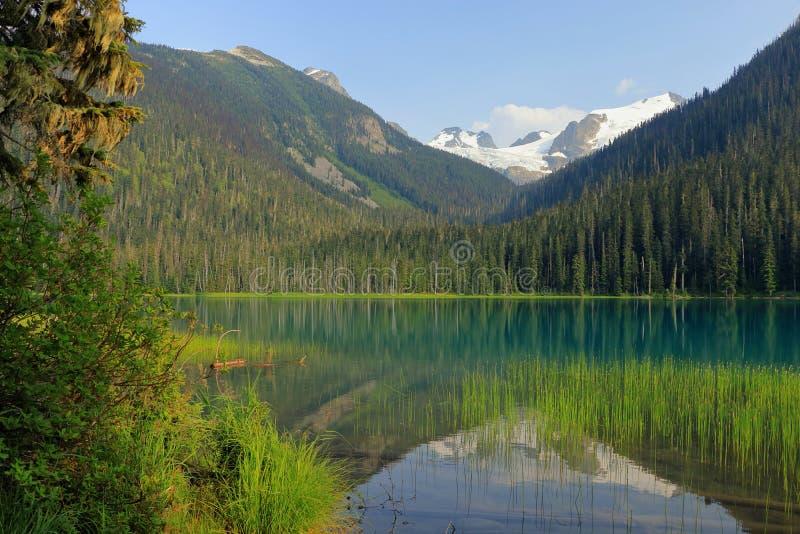Nivelando a luz em mais baixo Joffre Lake calmo, Joffre Lakes Provincial Park, Columbia Britânica imagens de stock royalty free