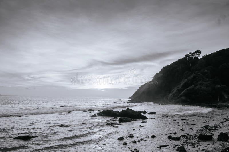 Nivelando a luz na praia de Rocky Nui em Koh Lanta, Krabi - preto e branco fotografia de stock