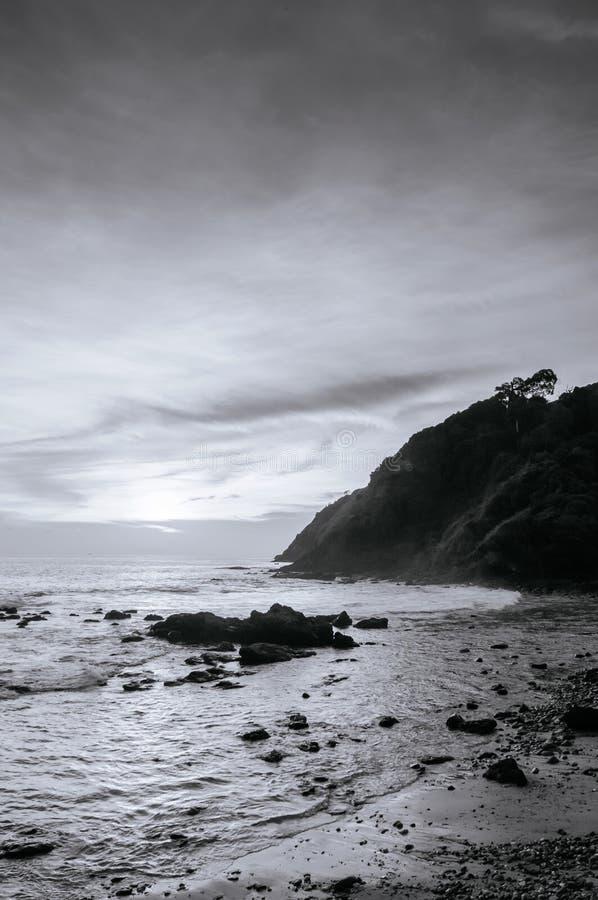Nivelando a luz na praia de Rocky Nui em Koh Lanta, Krabi - preto e branco fotografia de stock royalty free