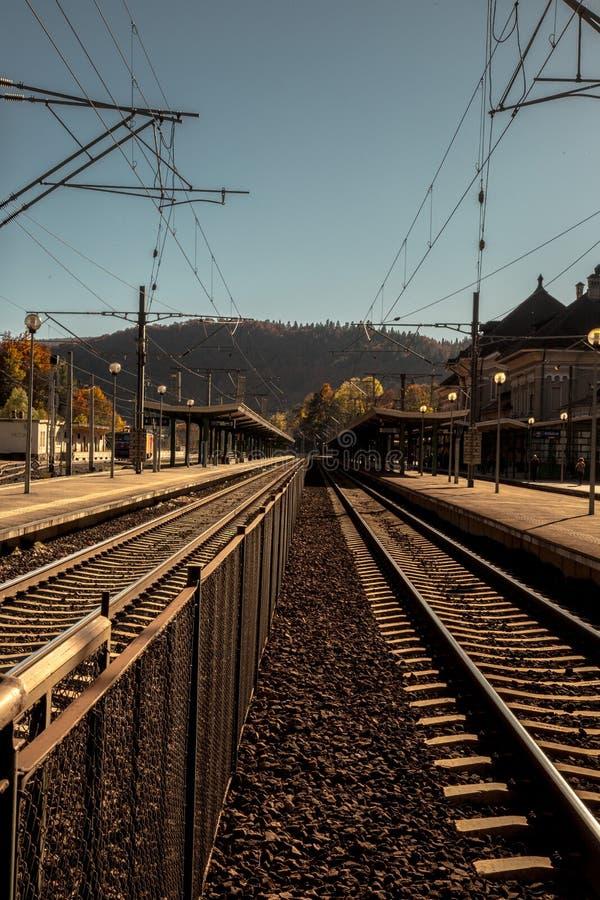 Nivelando a luz sobre a estação de trem na cidade histórica de Sinaia, resort de montanha famoso em montanhas de Carpathians imagem de stock