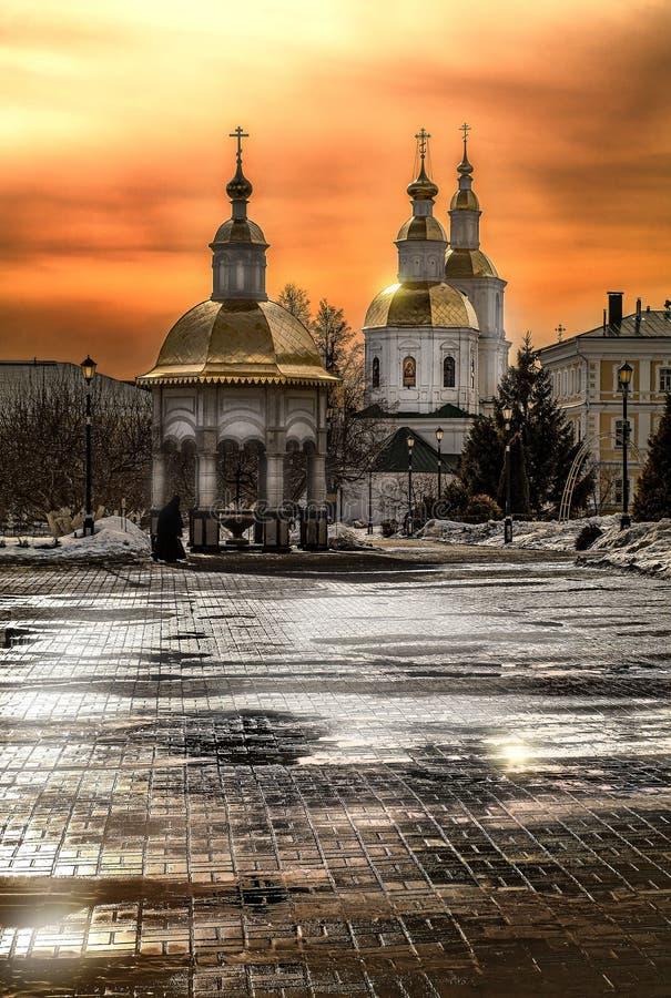 Nivelando a luz sobre o monastério em Diveevo Rússia fotos de stock