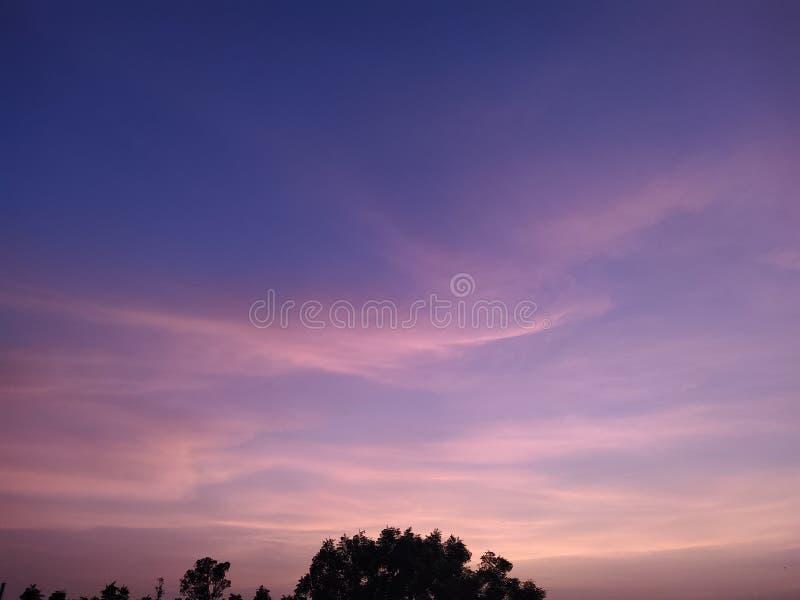 Nivelando o céu e surpreendendo o céu colorido fotos de stock royalty free