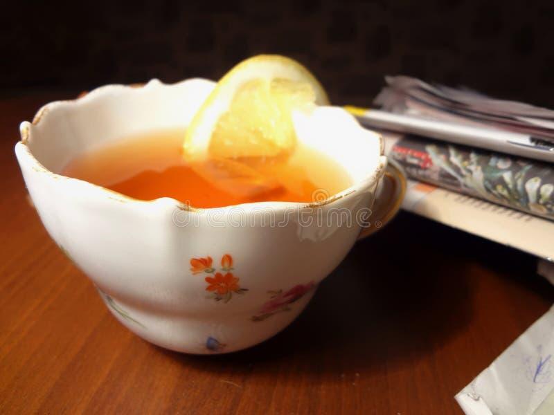 nivelando o chá com jornais imagens de stock