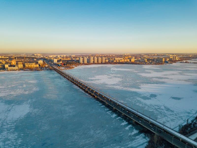 Nivelando o inverno Voronezh, ponte do norte, vista aérea imagens de stock