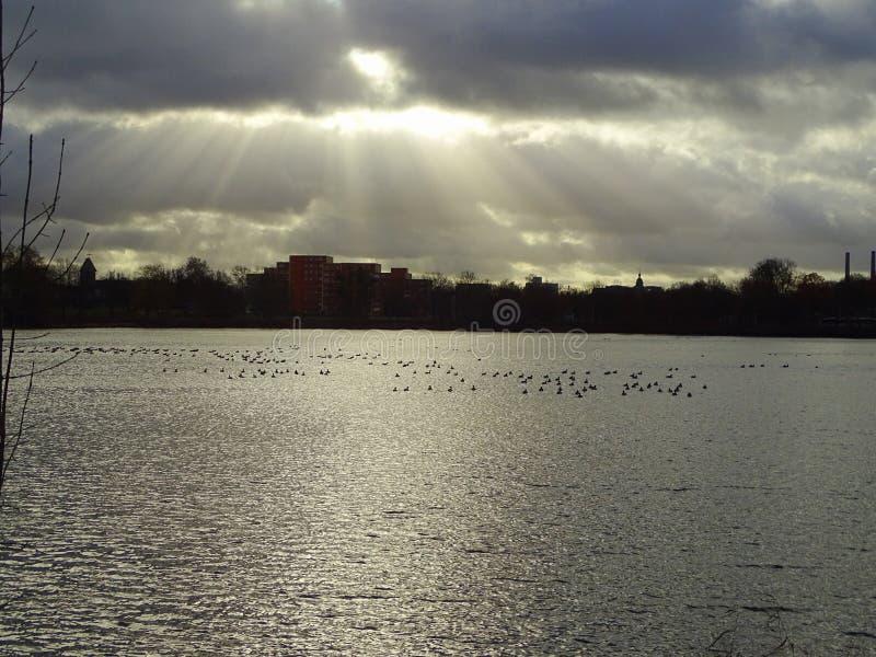 Nivelando o lago perto do castelo foto de stock