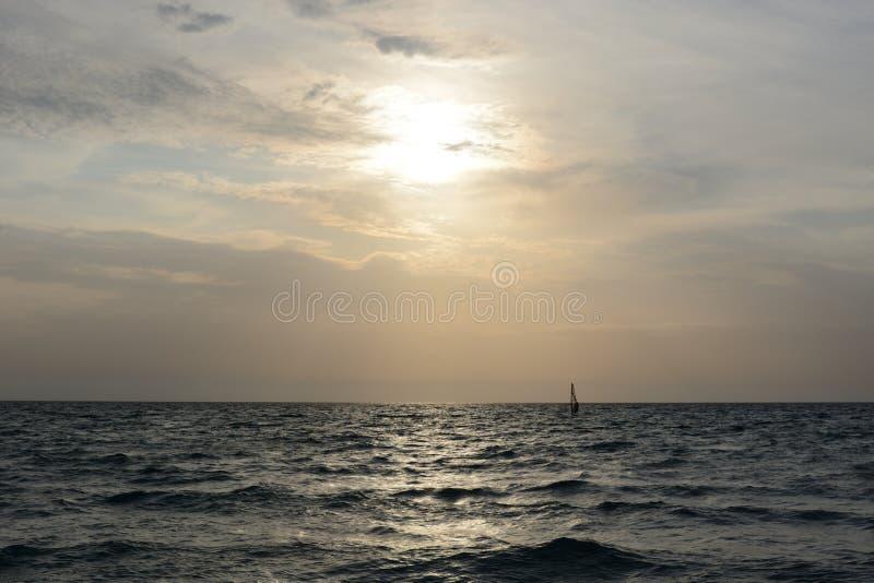 Nivelando o mar ensolarado foto de stock royalty free