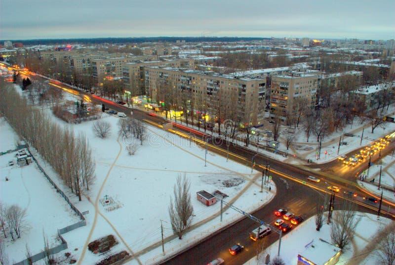 Nivelando o panorama de uma cidade do inverno com uma ideia da interseção de ruas de Mira e de Golosova fotos de stock royalty free