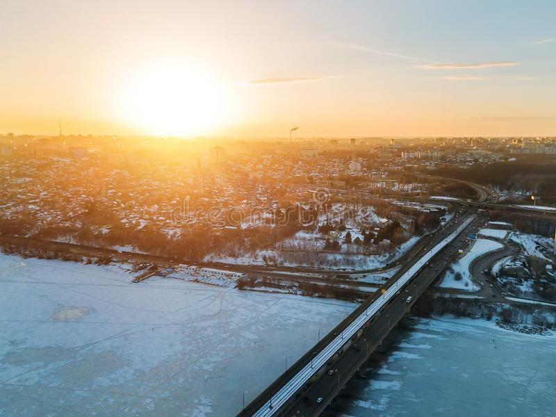 Nivelando o por do sol no inverno Voronezh, ponte do norte, vista aérea imagens de stock royalty free