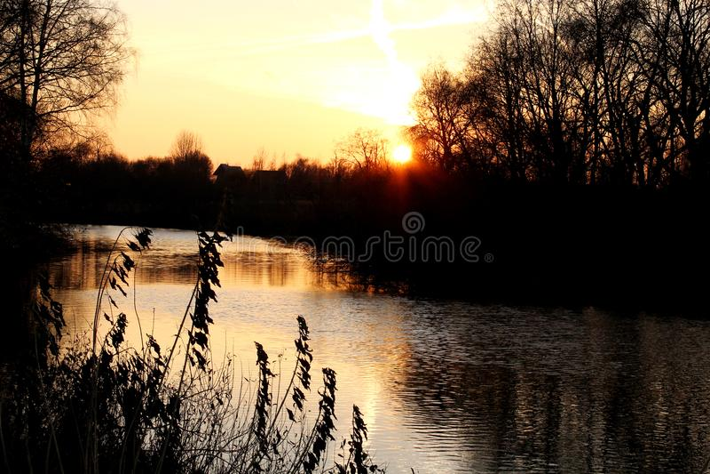 Nivelando, o por do sol sobre a água fotografia de stock