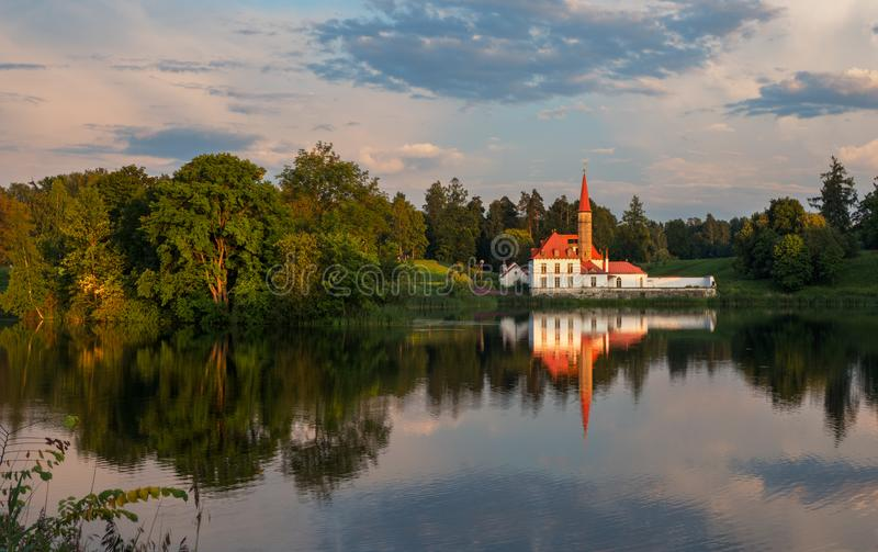 Nivelando a paisagem do verão com um lago e um palácio Gatchina fotos de stock royalty free