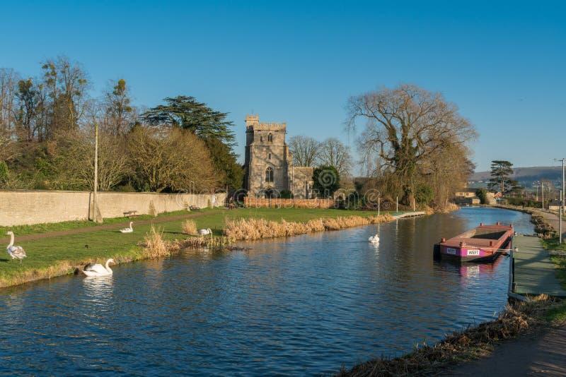 Nivelando quedas sobre a igreja de St Cyr, Stonehouse e o canal de Stroudwater Perto de Stroud fotos de stock