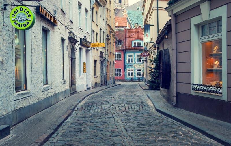 Nivelando, rua romântica na cidade velha de Riga Riga, Latvia imagem de stock