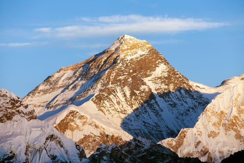 Nivelando a vista colorida de Monte Everest imagens de stock royalty free