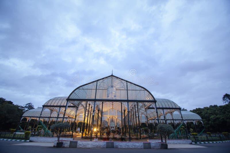 Nivelando a vista da casa de vidro famosa no jardim botânico de Lalbagh, Bangalore, karnataka, Índia imagem de stock