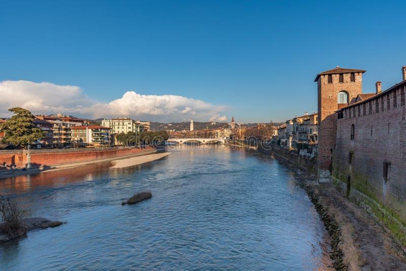 Nivelando a vista do rio de Adige da ponte de Castelvecchio em Verona fotografia de stock