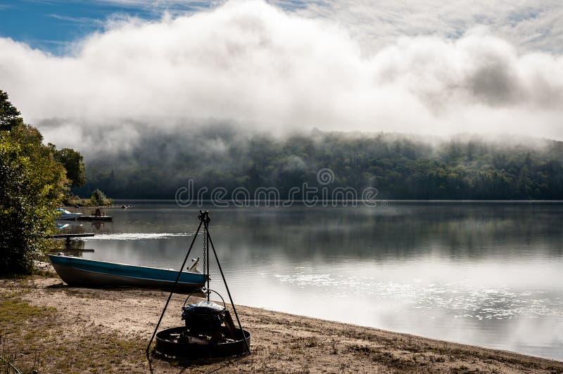 Nivelando a vista enevoada de um lago no país de Quebeque foto de stock
