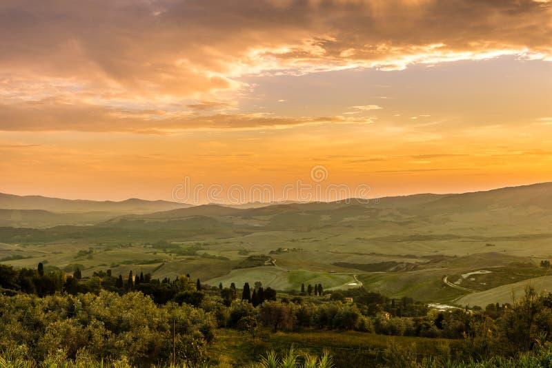 Nivelando a vista no campo de Toscânia de Volterra em Itália imagem de stock royalty free