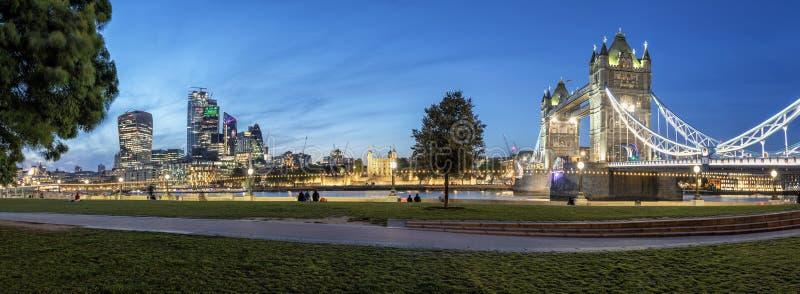 Nivelando a vista panorâmica da área da ponte da torre e a skyline de Londres fotos de stock