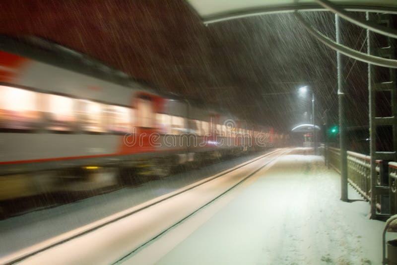 Nivelar o trem chega na estação snowfall imagem de stock royalty free