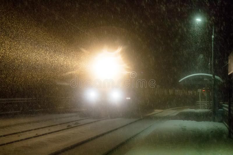 Nivelar o trem chega na estação snowfall imagens de stock royalty free