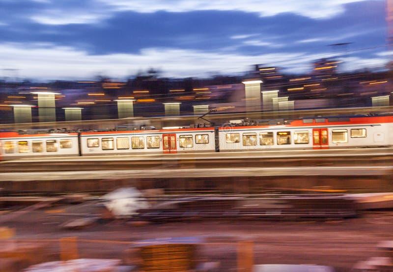 Nivelar o trem incorpora a estação com velocidade a Wiesbaden foto de stock