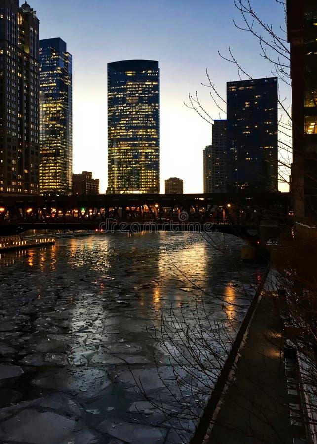 Nivelar sobre um Chicago River congelado no laço durante a noite comuta fotografia de stock royalty free