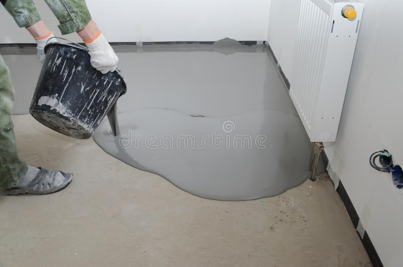 Niwelacyjny epoxy Zrównywać z miksturą cementowe podłogi zdjęcia royalty free