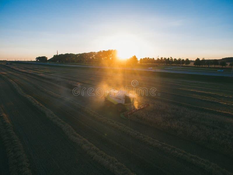 ?niwiarza maszynowy dzia?anie w polu Syndykata ?niwiarza rolnictwa maszyna zbiera z?otego dojrza?ego pszenicznego pole zdjęcia royalty free