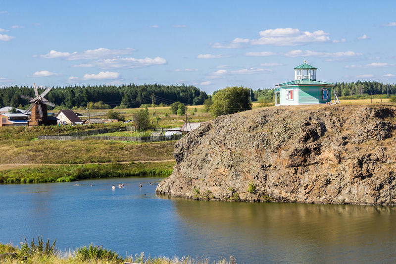 Nizhnaya Sinyachikha,俄罗斯- 2016年8月24日:岩石的亚历山大・涅夫斯基` s圆形建筑的教堂在Sinychikha河上 的treadled 库存照片