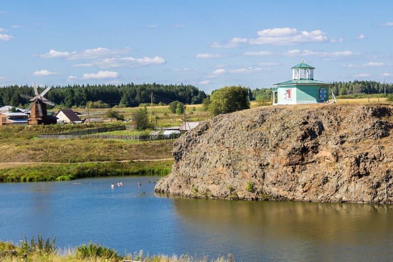 Nizhnaya Sinyachikha Rosja, Sierpień, - 24, 2016: Aleksander Nevsky ` s rotundy kaplica na skale nad Sinychikha rzeka _ zdjęcia stock