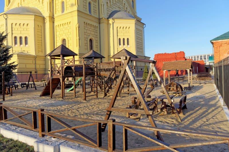 Nizhny Novgorod俄国 - 11月16日 2018年 在亚历山大・涅夫斯基大教堂附近的儿童的游乐场 图库摄影