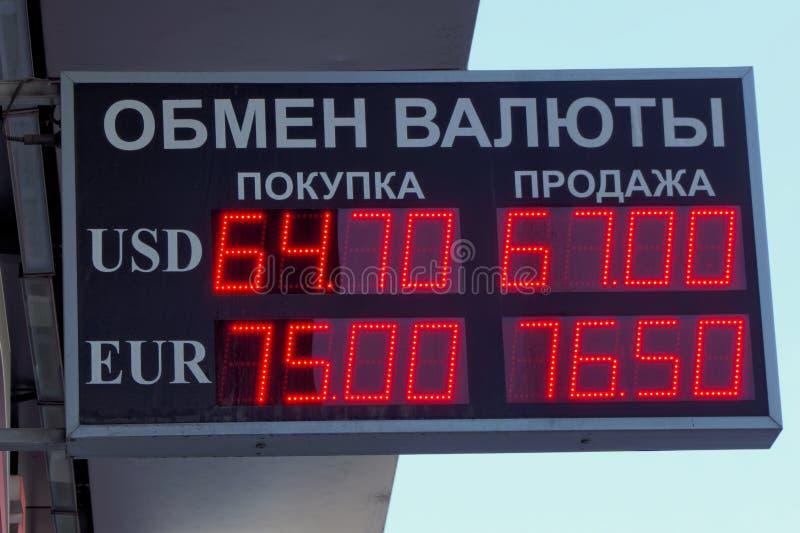 Nizhny Novgorod俄国 - 5月10日 2016年 记分牌交换 银行FORABANK街道Moskovskoe shosse 12 免版税图库摄影