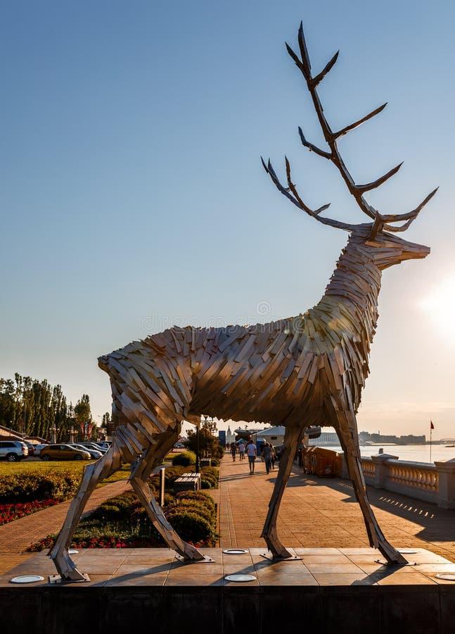 Nizhny Novgorod, Россия 5-ое мая 2018: Металлическая скульптура, олень, символ Nizhny Novgorod Скульптура к городу Honora стоковое изображение rf