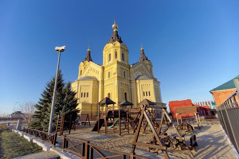 nizhny novgorod Россия - 16-ое ноября 2018 Спортивная площадка детей около собора Александра Nevsky стоковая фотография rf